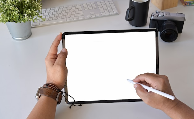 Projektant graficzny fotograf w miejscu pracy