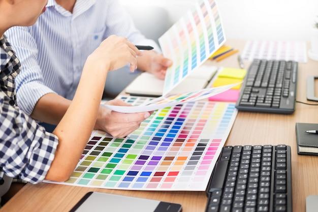 Projektant graficzny kreatywność kreatywnych pracujących razem kolorowanie za pomocą tabletu graficznego