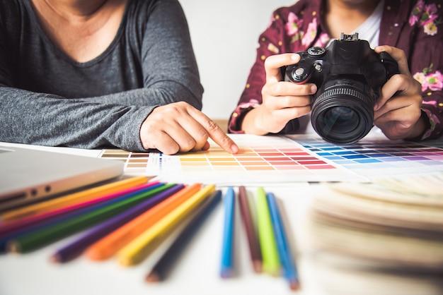 Projektant graficzny kreatywny, kreatywność kobieta projektująca kolorystyka pomysłów kolorystycznych