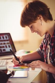 Projektant graficzny, rysunek na wykresie kolorów