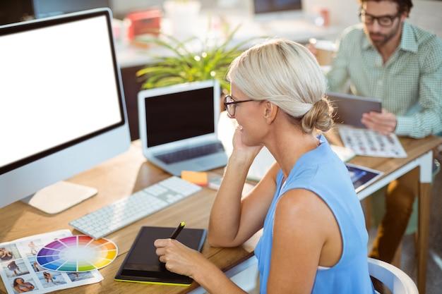 Projektant graficzny za pomocą tabletu graficznego