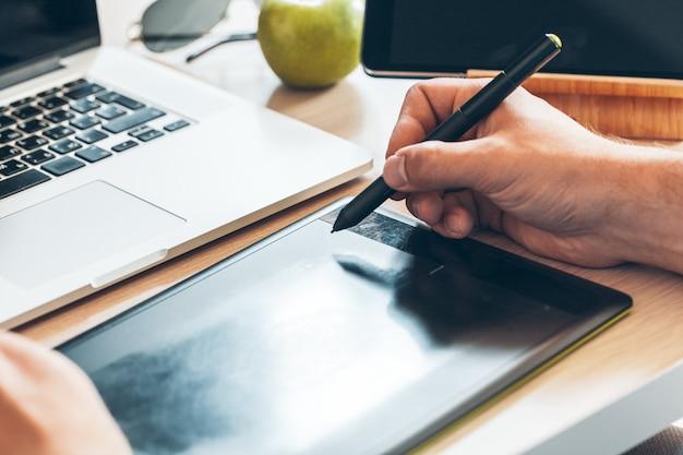 Projektant graficzny za pomocą tabletu piórkowego