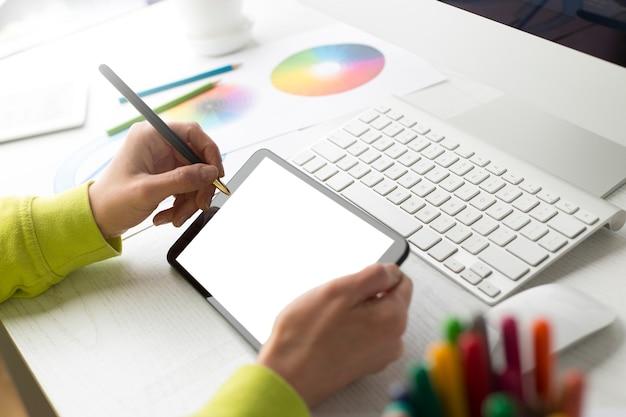 Projektant illustrator rysuje na tablecie graficznym.