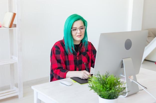 Projektant, ilustrator, artysta i koncepcja ludzi - portret współczesnej młodej kobiety z zielenią