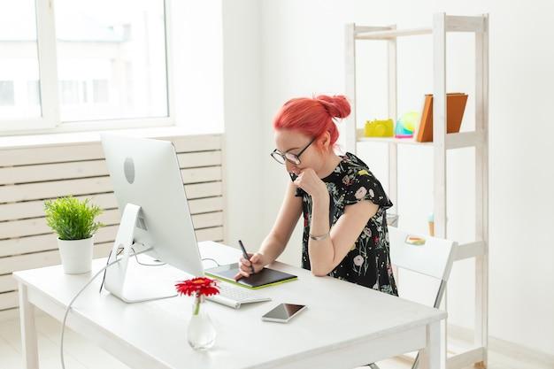 Projektant kreatywnych ludzi koncepcja rude włosy projektantka kobieta robi projekt na tablecie graficznym