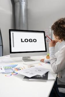 Projektant logo pracujący na pulpicie komputera
