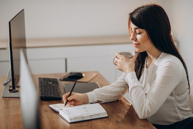 Projektant młoda kobieta pracuje przy biurku