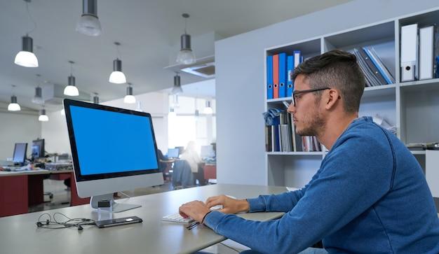 Projektant młody człowiek pracuje z komputerem