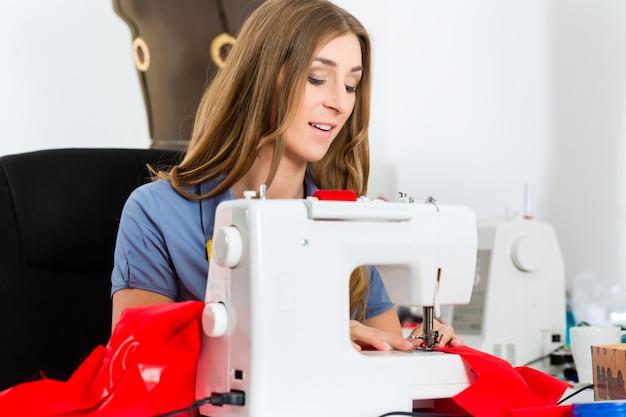 Projektant mody lub krawiec pracujący w studio