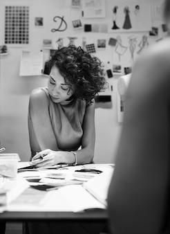 Projektant mody pracuje nad projektem