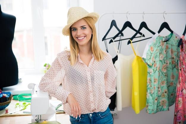 Projektant mody stojący w warsztacie
