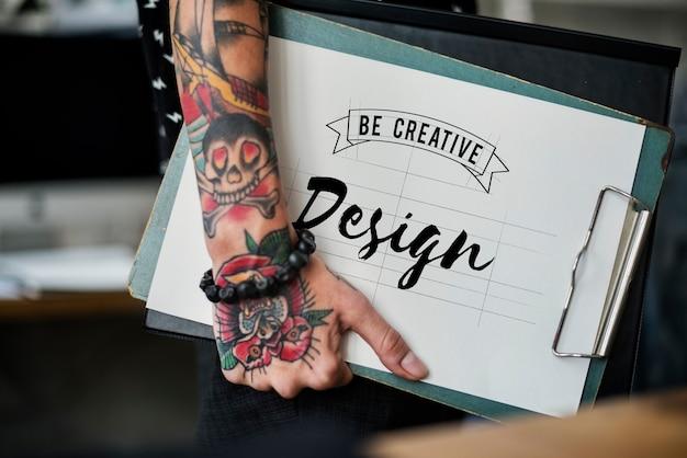 Projektant mody trzyma schowka