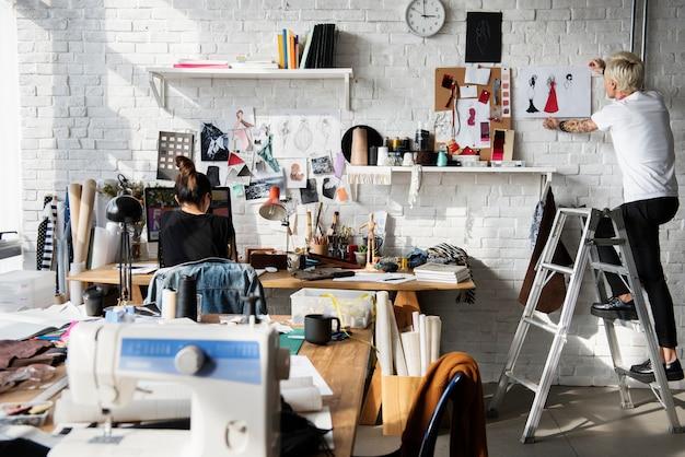 Projektant mody w studio projektowym