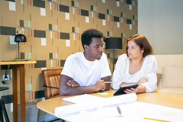 Projektant pokazujący koledze prezentację projektu