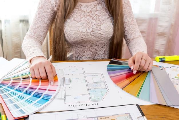 Projektant pokazujący próbkę koloru, wybierz kolor do renowacji