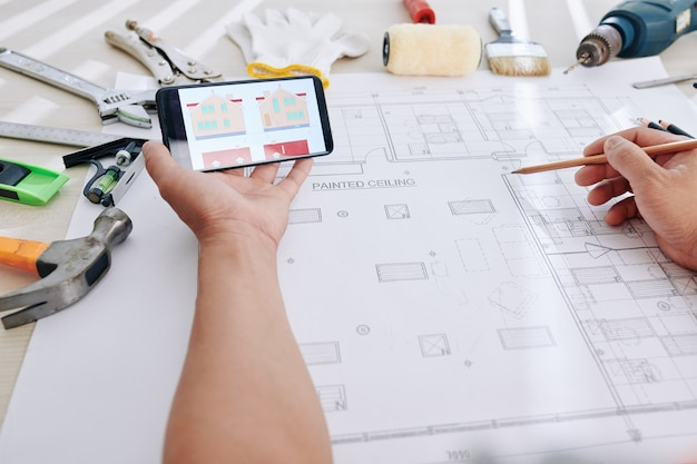 Projektant porównujący obraz domu z planem