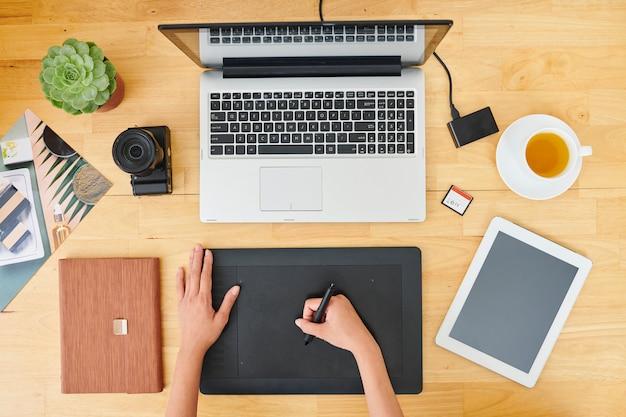 Projektant pracujący w biurze