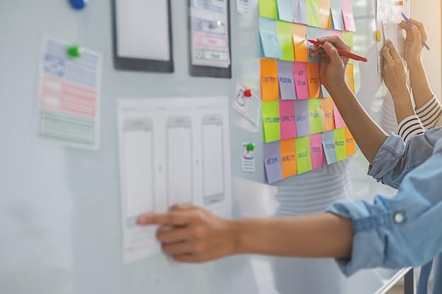 Projektant stron internetowych burzy mózgów na temat planu strategicznego.