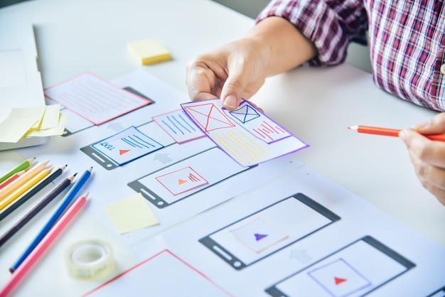 Projektant stron internetowych kreatywne planowanie tworzenia aplikacji graficznych, kreatywna kobieta pracująca na laptopie i projektująca kolorystykę w stylu pomysłów
