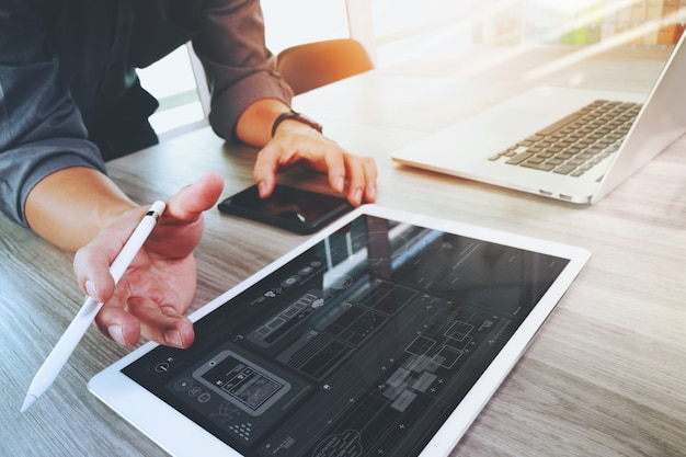Projektant strony internetowej działa cyfrowy tablet i komputer laptop i schemat cyfrowy projekt