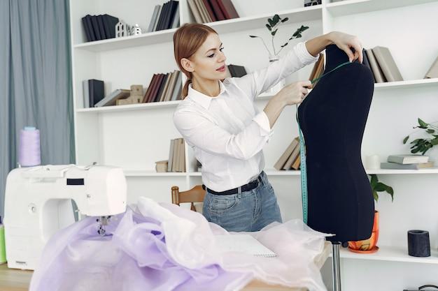 Projektant tworzy ubrania w studio