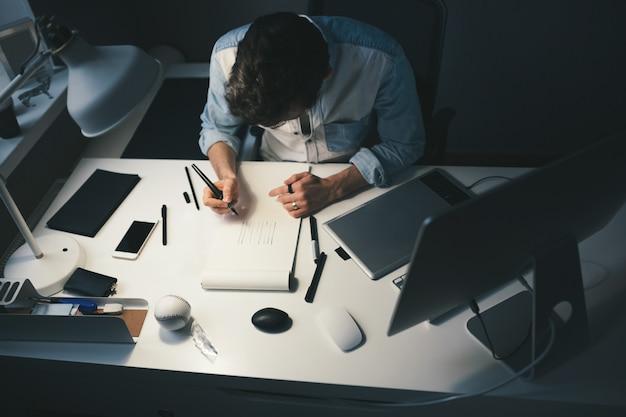 Projektant w pracy w biurze