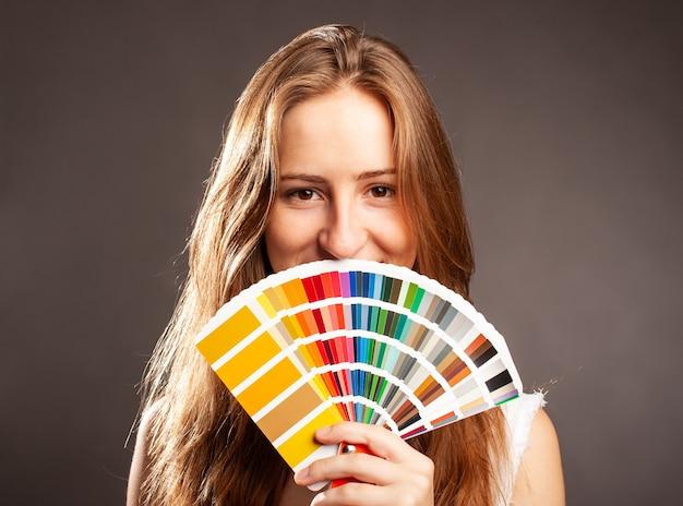 Projektant wnętrz kobieta trzyma paletę przewodnika kolorów