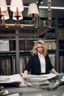 Projektant wnętrz kobieta w pracy w biurze