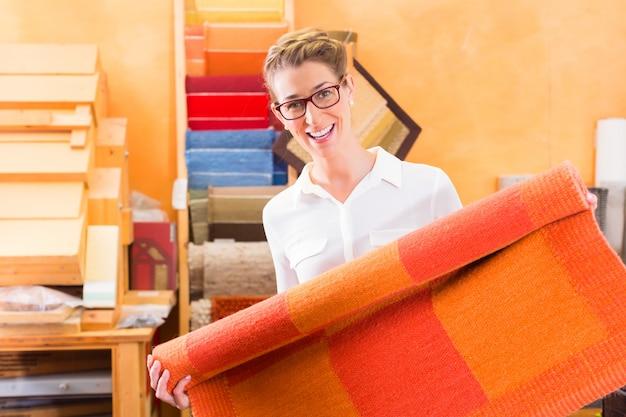 Projektant wnętrz kupuje dywan lub wykładzinę