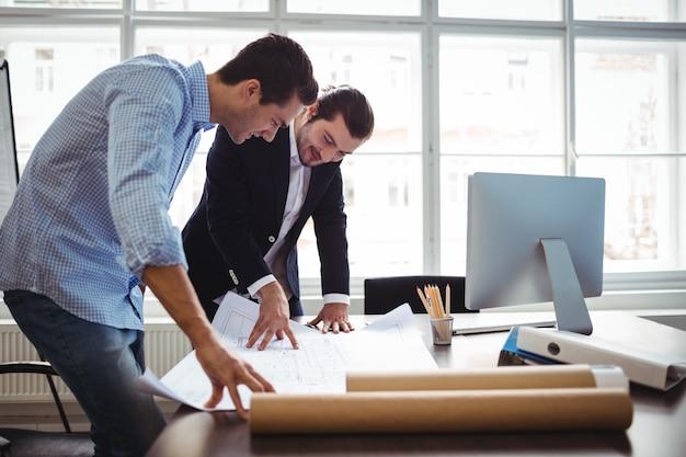 Projektant wnętrz omawia plan z kolegą