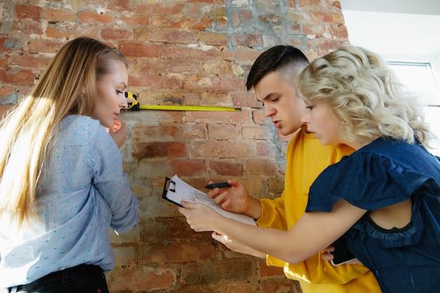 Projektant wnętrz pracujący z młodą parą