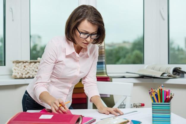 Projektant wnętrz w miejscu pracy w biurze