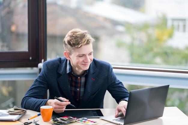 Projektant wnętrz za pomocą laptopa i tabletu graficznego. innowacyjne technologie. kreatywny design, artystyczna wizja, wyobraźnia, inspirowane pomysły