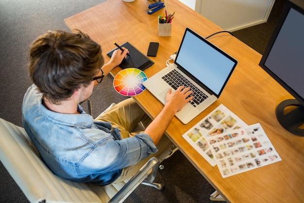 Projektant współpracujący z kolorem kolorów i digitizerem