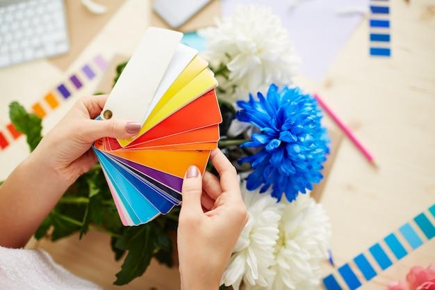 Projektant z próbnikiem kolorów