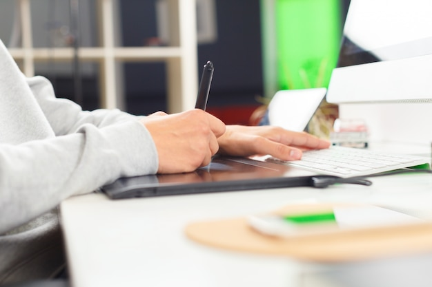 Projektant za pomocą tabletu graficznego w biurze
