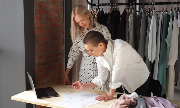 Projektantka biznesu rozmawia z klientem i wspólnie omawia nową sukienkę