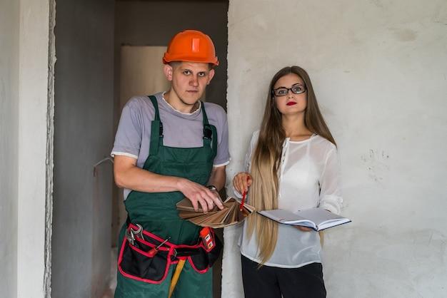Projektantka i mężczyzna z drewnianym próbnikiem
