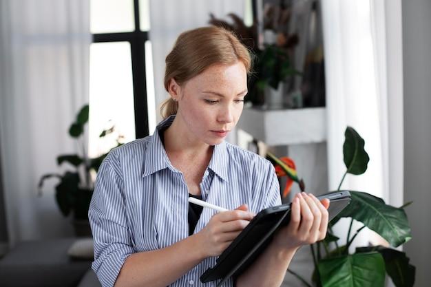 Projektantka logo kobiecego pracująca na tablecie graficznym