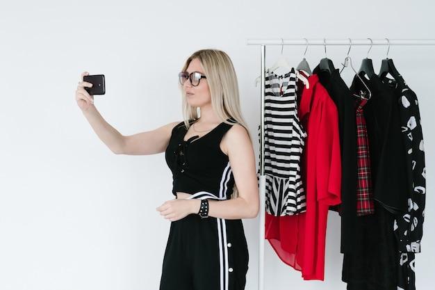 Projektantka mody mobilnej kolekcji odzieży selfie