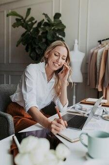 Projektantka mody na telefonie w studio
