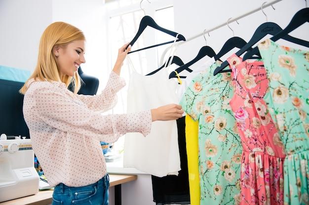Projektantka mody patrząc na sukienki
