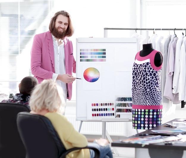 Projektantka mody pokazująca kolegom paletę kolorów nowej kolekcji
