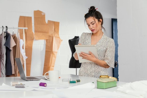 Projektantka mody pracująca w swoim warsztacie