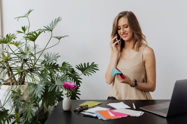 Projektantka mody rozmawia przez telefon ze swoim klientem