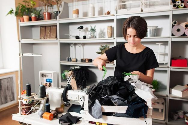 Projektantka mody wybiera próbki tkanin w miejscu pracy