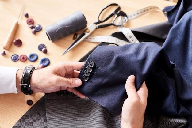 Projektantka mody zawinięta w pracę