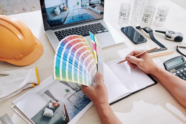 Projektantka pracująca nad kolorystyką