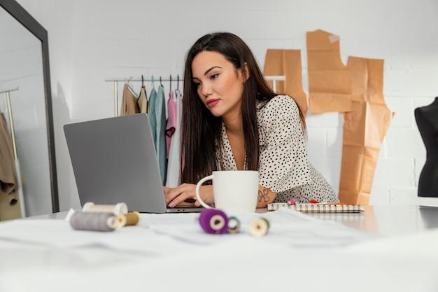 Projektantka pracująca w swoim warsztacie