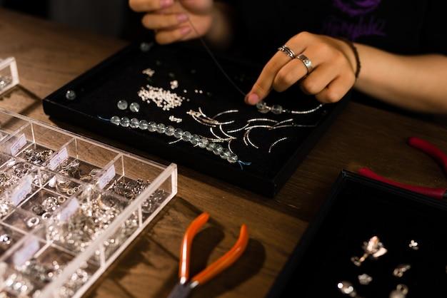 Projektantka robi biżuterię w sklepie jubilerskim